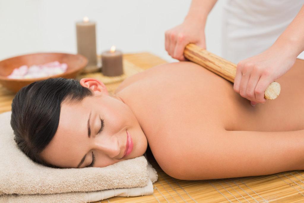 Bambuterapia, masaje con caña de bambú. En Naturaqua